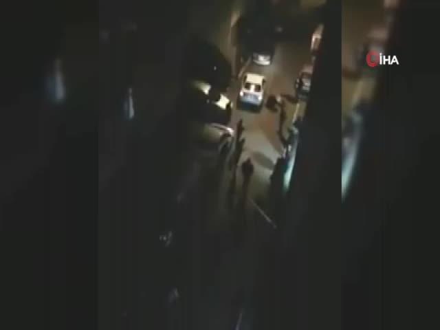 Silahla yaralanan kişiyi yerde defalarca tekmeledi