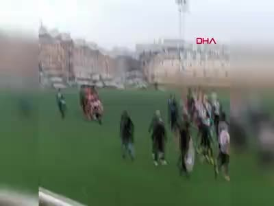 Futbolcudan taraftarlara iğrenç hareket