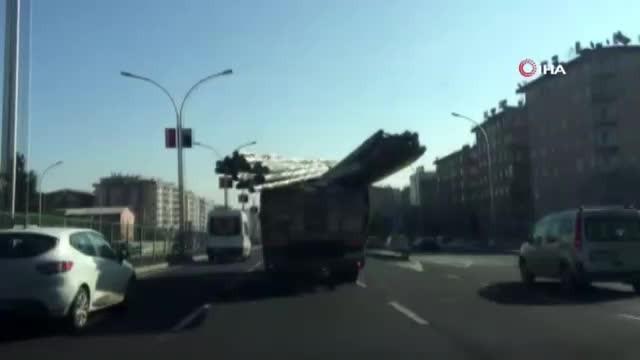 Boru yüklü kamyon dehşet saçtı!