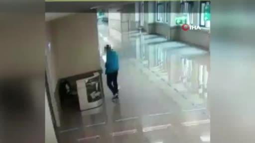 Doktor ve hemşirelerin çantalarını çalan vicdansız hırsız kamerada