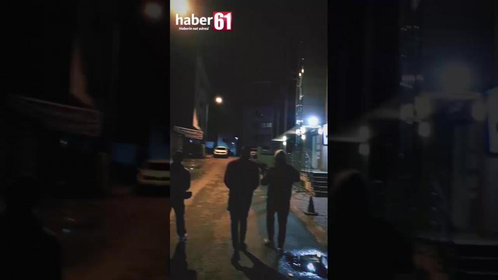 Trabzonda gençler evlerinden çıkmayan mahalleliye şarkı söyleyerek moral verdi