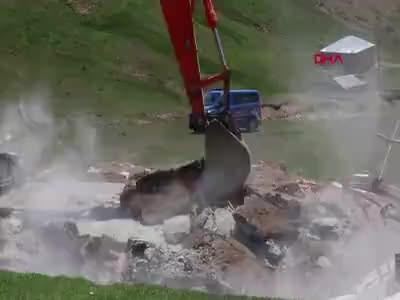 Gümüşhane'de kaçak bina yıkımında arbede