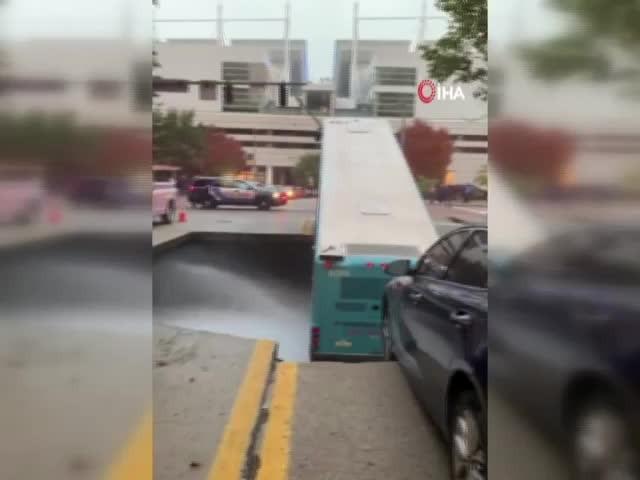 ABD'de yolcu otobüsü çukura düştü