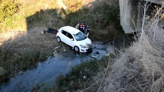 Dereye düşen otomobildeki 2 öğretmen ağır yaralandı