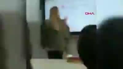 Öğretmen ders anlatırken öğrenci sigara içti!